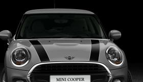 Zwarte striping op motorkap